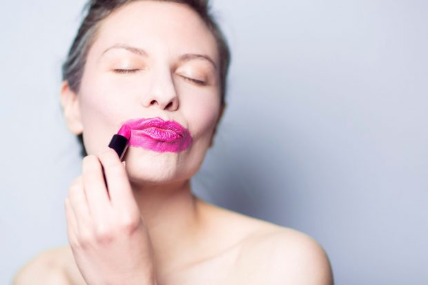 Modelo con exceso de pintura labial