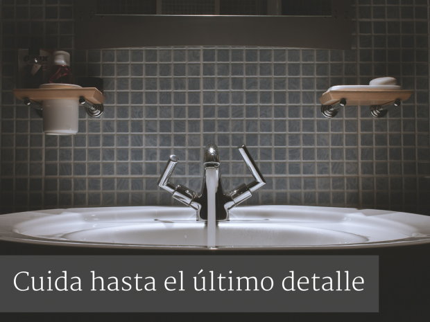 lavabo-grifo-plateado-baño