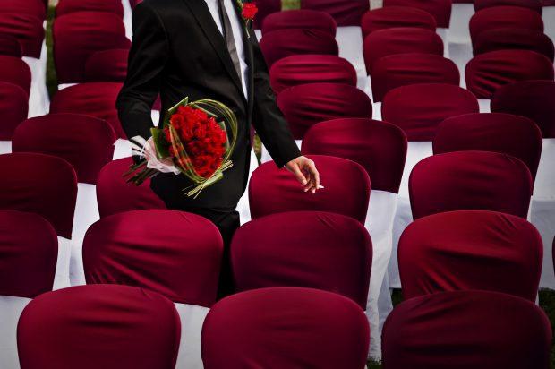 """Fotografía de bodas """"Butacas rojas para invitados de boda"""""""