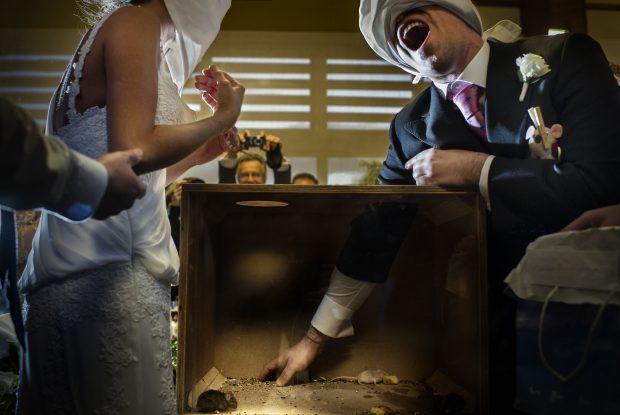 """Fotografía de bodas """"Novio con caja de ratones"""""""