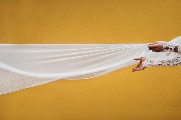 """Fotografía de bodas """"Velo de novia blanco y fondo amarillo"""""""