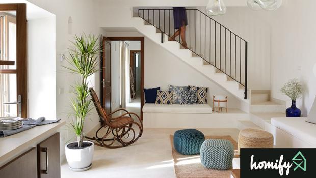 Salones perfectos para fotografía de interiores: Interior de salón en planta baja con escalera