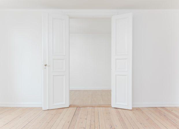 Salón blanco vacío con puertas abiertas