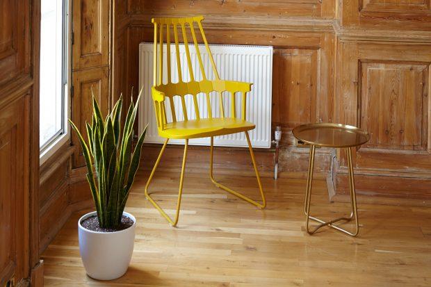 Rincón de salón de madera con silla amarilla