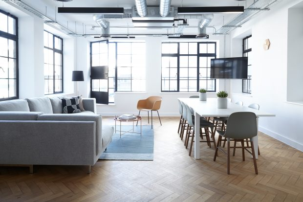 Salones perfectos para fotografía de interiores: Interior de salón con ventanales luminosos